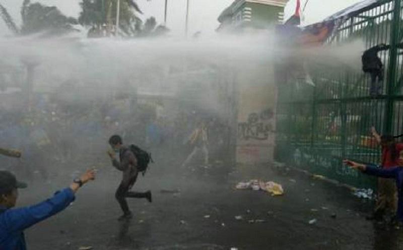 https: img.okezone.com content 2020 10 08 612 2290508 kenali-bahaya-dan-kandungan-gas-air-mata-saat-demo-d1TDxxfQiA.jpg