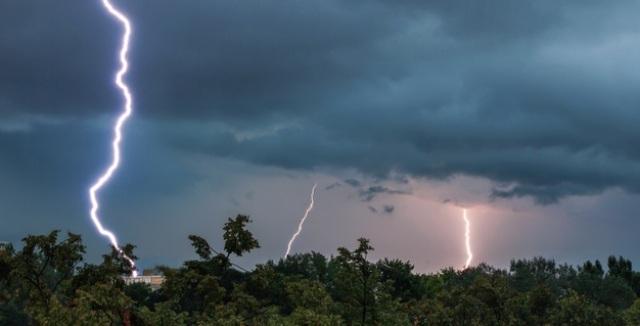 https: img.okezone.com content 2020 10 09 16 2290804 fenomena-cuaca-langka-st-elmo-s-fire-disebut-sebagai-pertanda-badai-4O5Di0TLVv.jpg