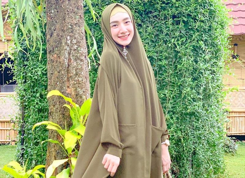 https: img.okezone.com content 2020 10 09 194 2291010 gaya-hijab-indri-giana-istri-ustadz-riza-yang-memesona-76CWxFNZ9d.jpg