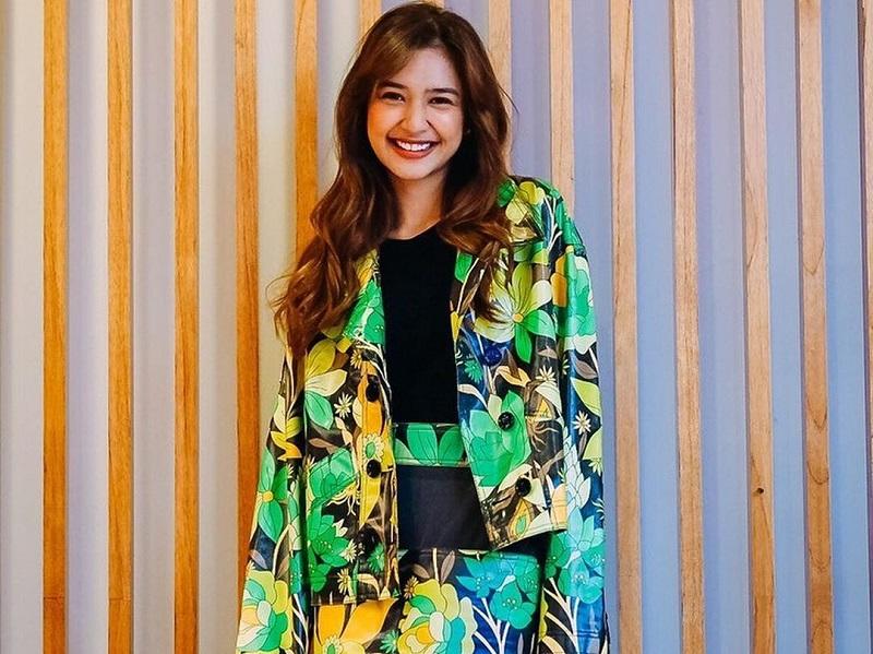 https: img.okezone.com content 2020 10 09 194 2291262 4-inspirasi-outfit-santai-ala-mikha-tambayong-cocok-untuk-weekend-ymrDIsterh.jpg