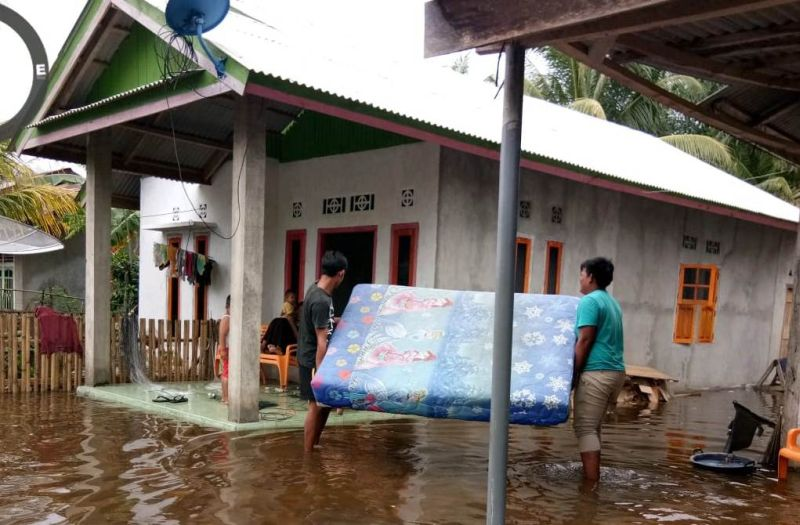 https: img.okezone.com content 2020 10 09 340 2290877 banjir-terjang-9-desa-di-bengkulu-1-991-kepala-keluarga-sempat-mengungsi-jHgiIdmEDY.jpg