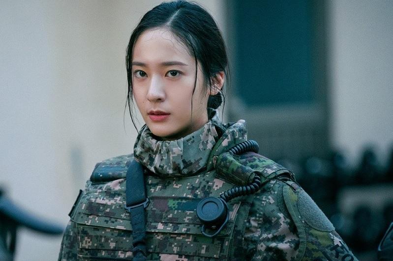https: img.okezone.com content 2020 10 09 598 2290983 bintangi-drama-militer-krystal-f-x-wawancara-langsung-tentara-asli-FtWeGyppfZ.jpg