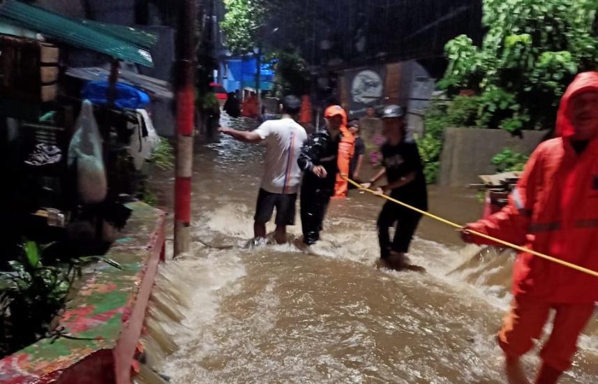 https: img.okezone.com content 2020 10 10 338 2291680 terdampak-banjir-puluhan-warga-jakarta-selatan-dievakuasi-petugas-lqgpn3N2uE.jpg