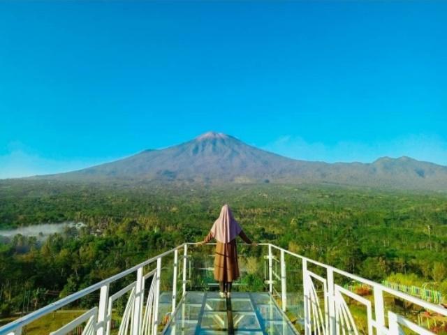 https: img.okezone.com content 2020 10 10 408 2291589 bukit-tangkeban-wisata-instagramable-di-kaki-gunung-slamet-bikin-pengunjung-baper-klsKircy9h.jpg