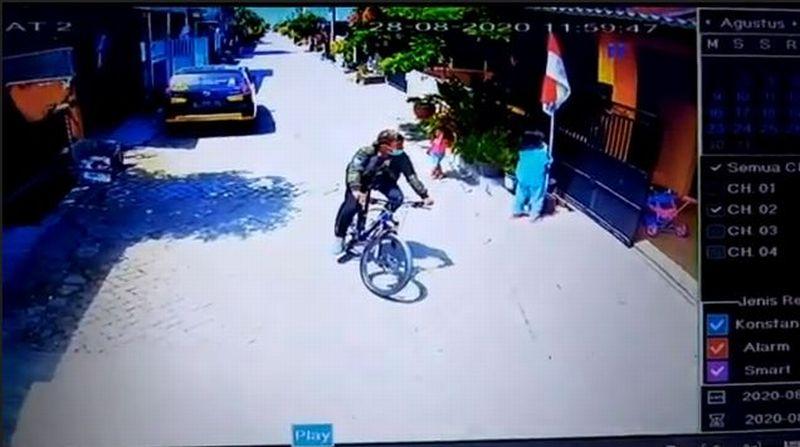 https: img.okezone.com content 2020 10 10 519 2291496 terekam-cctv-pencuri-sepeda-santai-lewati-satpam-perumahan-5Td5yz9sFB.jpg