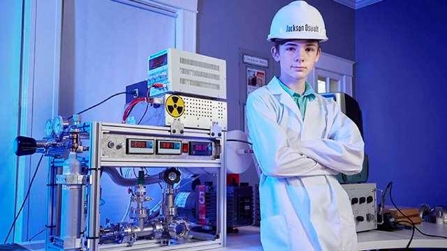 https: img.okezone.com content 2020 10 11 16 2291874 remaja-ini-pecahkan-rekor-sebagai-fisikawan-termuda-pembuat-reaktor-fusi-nuklir-obaz4jcnUr.jpg
