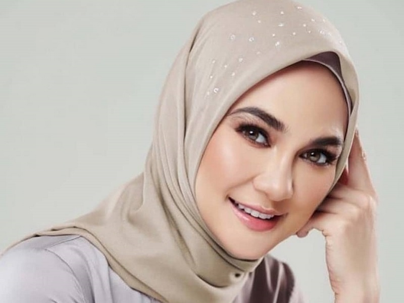 https: img.okezone.com content 2020 10 11 194 2291883 5-potret-cantiknya-luna-maya-berbalut-hijab-3KsTnugr6g.jpg