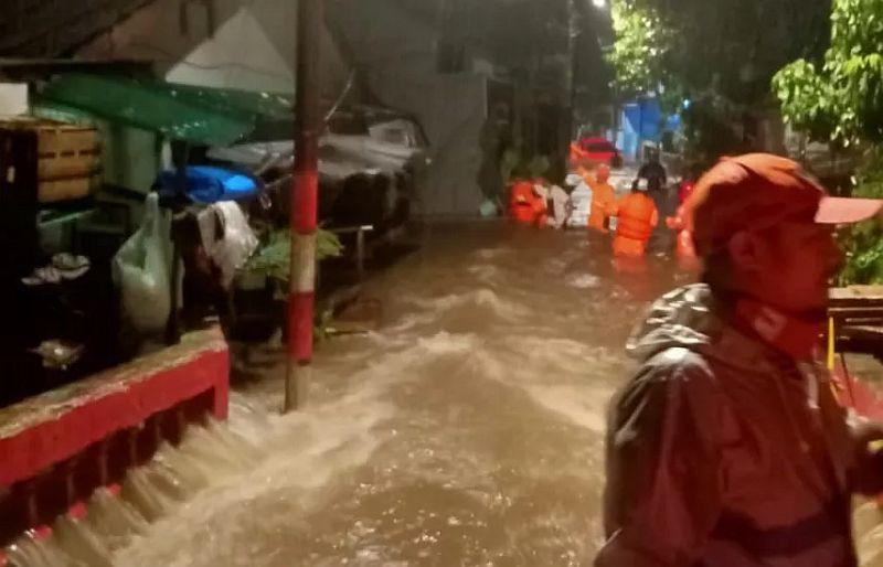 https: img.okezone.com content 2020 10 11 338 2291790 1-333-warga-mengungsi-akibat-banjir-jakarta-HpUcw1WDoW.jpg