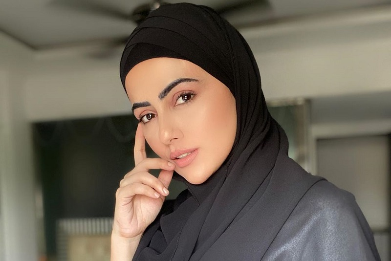 https: img.okezone.com content 2020 10 11 620 2291993 hijrah-aktris-bollywood-sana-khan-pensiun-dari-dunia-hiburan-ga2F0hpxht.jpg