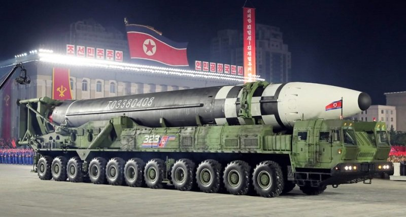 https: img.okezone.com content 2020 10 12 18 2292233 kim-jong-un-pamerkan-hwasong-16-rudal-nuklir-terbesar-di-dunia-dalam-parade-militer-j5aRfN3okL.jpg