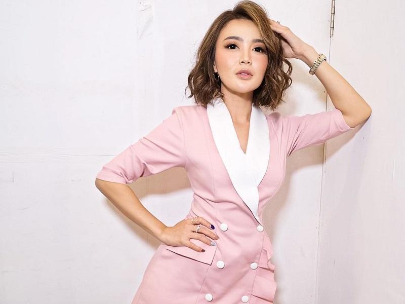 https: img.okezone.com content 2020 10 12 194 2292366 pose-cantik-wika-salim-pamer-pinggang-kecil-langsing-banget-ObsrviaAhk.jpg