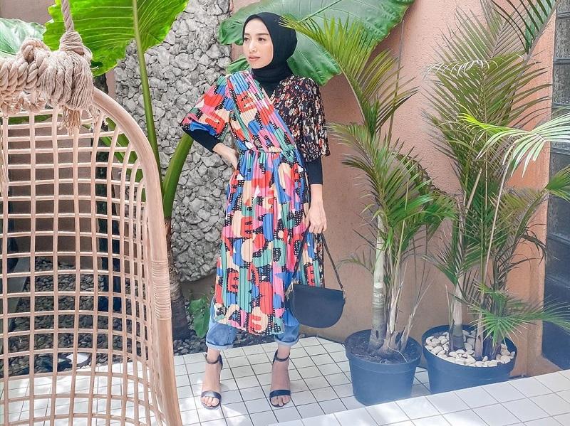 https: img.okezone.com content 2020 10 12 194 2292510 intip-padu-padan-hijab-dengan-pleated-skirt-ala-fathi-nurimaniah-q6D5iXcViR.jpg