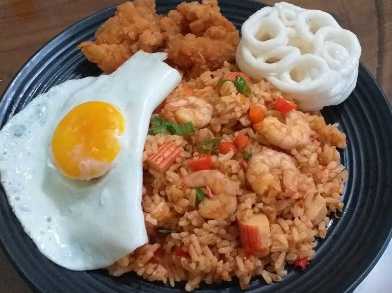 https: img.okezone.com content 2020 10 12 298 2292402 resep-nasi-goreng-tom-yam-untuk-bekal-suami-ngantor-yummy-wzy1E5KNT2.jpg