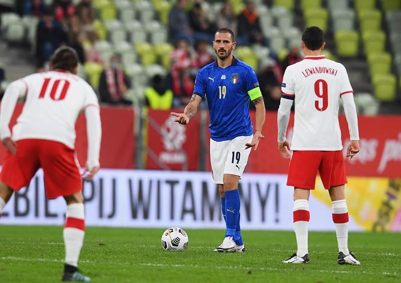 https: img.okezone.com content 2020 10 12 620 2292093 polandia-vs-italia-berakhir-0-0-penampilan-lewandowski-disoroti-bibsYXCM8q.jpg