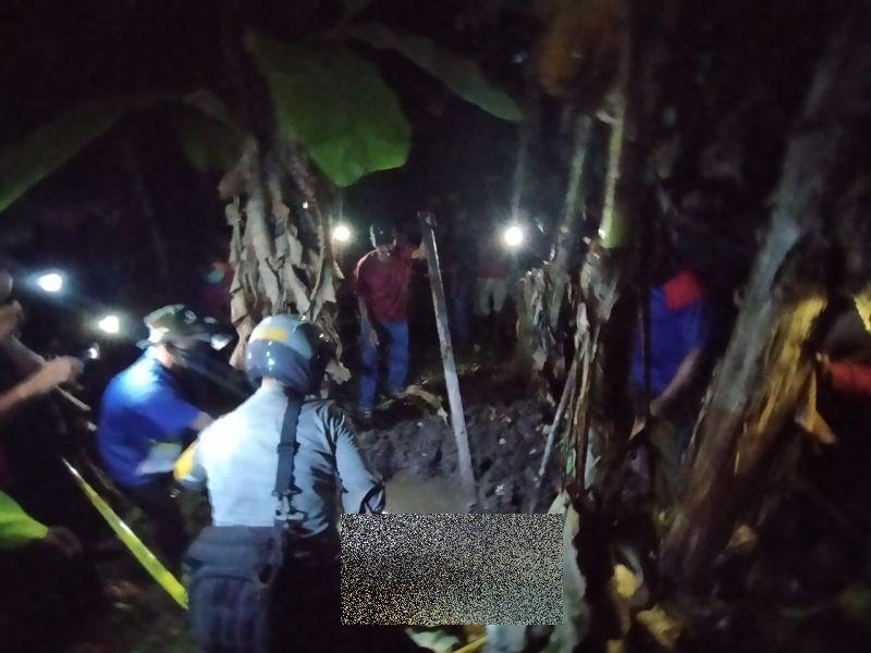 https: img.okezone.com content 2020 10 13 340 2293044 petani-cium-bau-menyengat-ternyata-dari-mayat-wanita-di-bawah-pohon-pisang-4UzUlYiRWR.jpg