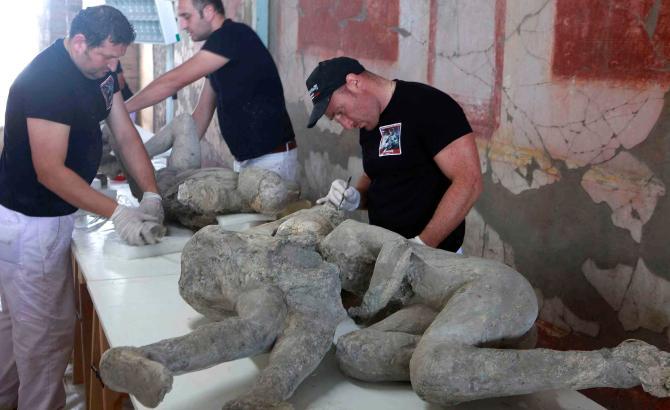 https: img.okezone.com content 2020 10 14 18 2293568 mengaku-kena-kutukan-turis-kembalikan-artefak-yang-dicuri-dari-pompeii-VpfMVIfWA7.jpg