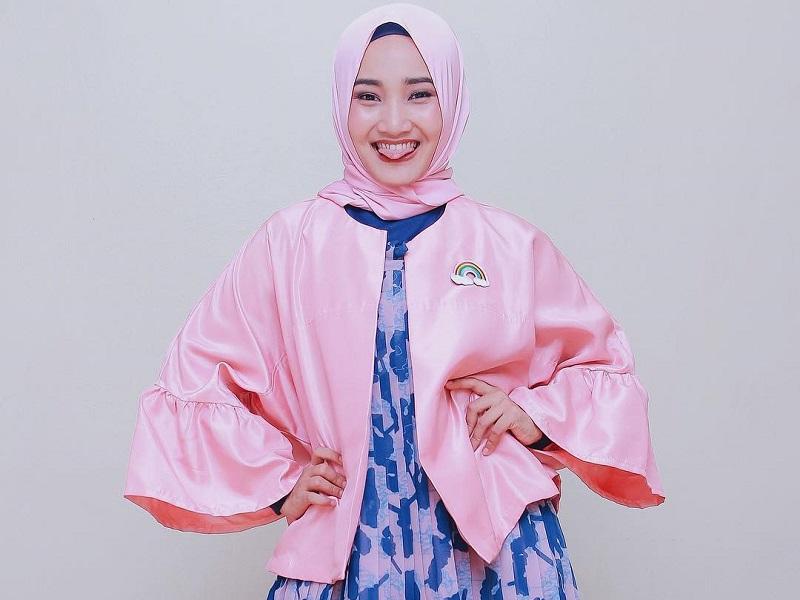 https: img.okezone.com content 2020 10 14 194 2293611 5-gaya-hijab-nyentrik-ala-fatin-shidqia-gemesin-banget-GwL0GUyXUc.jpg