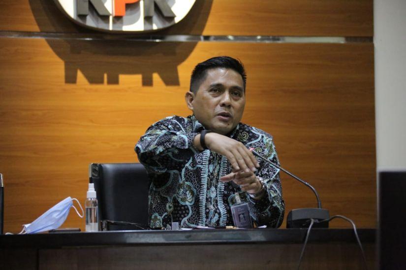 https: img.okezone.com content 2020 10 14 337 2293664 kpk-tahan-mantan-anggota-dprd-sumut-tersangka-penerima-suap-1W3lw8wZvs.jpg