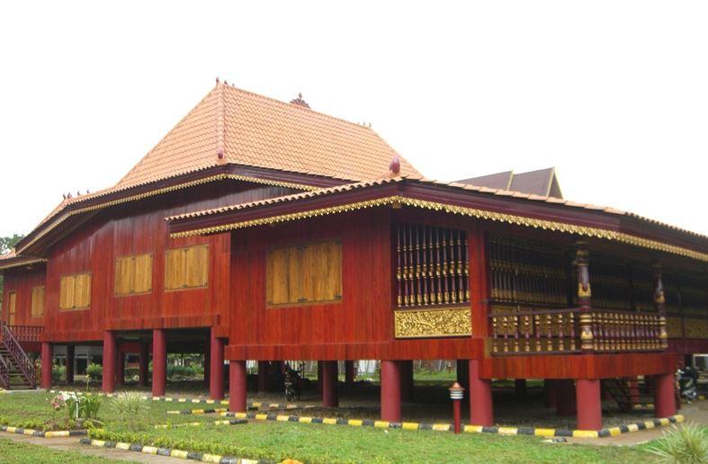 https: img.okezone.com content 2020 10 14 408 2293288 rumah-adat-limas-destinasi-budaya-ikonik-khas-palembang-xbkbMoOrqC.JPG