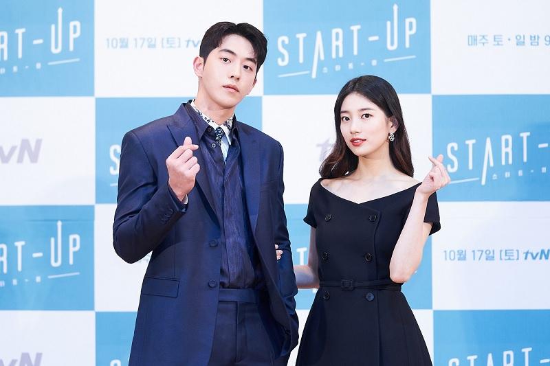 https: img.okezone.com content 2020 10 14 598 2293709 alasan-sutradara-sandingkan-suzy-dan-nam-joo-hyuk-di-drama-startup-D4Po8wkeNt.jpg