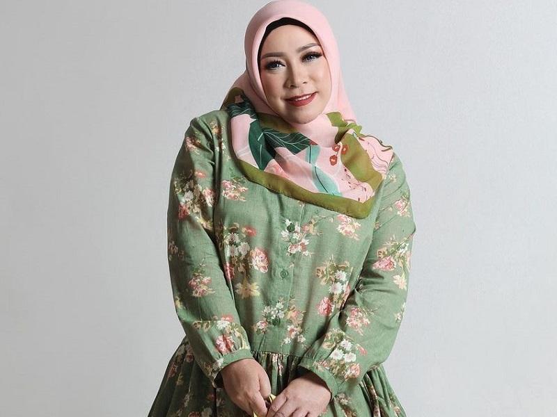 https: img.okezone.com content 2020 10 15 194 2293984 5-gaya-hijab-melly-goeslaw-unik-dan-stylish-46mMHaU4dN.jpg