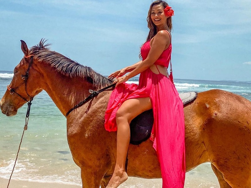https: img.okezone.com content 2020 10 15 194 2294358 pesona-indah-kalalo-menunggang-kuda-netizen-bond-girl-Ktj5lWoDjk.jpg
