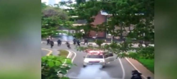 https: img.okezone.com content 2020 10 15 338 2294126 11-orang-ditangkap-terkait-ambulans-pembawa-batu-di-demo-omnibus-law-mH7QrW84oc.jpg