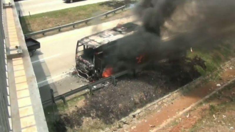 https: img.okezone.com content 2020 10 15 525 2294065 bus-terbakar-di-tol-cipali-sopir-sigap-selamatkan-penumpang-AawoGebWti.jpg