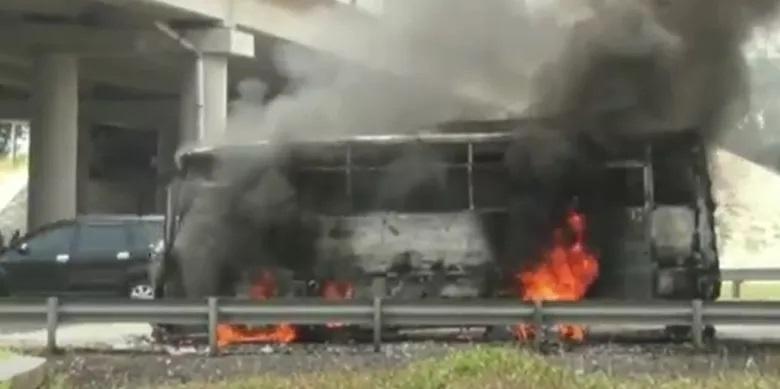 https: img.okezone.com content 2020 10 15 525 2294329 kebakaran-bus-di-tol-cipali-tidak-ada-korban-jiwa-OYy3DmFLTu.jpg