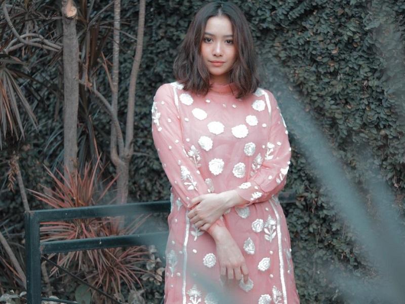 https: img.okezone.com content 2020 10 16 194 2294804 4-ide-tampil-feminin-ala-adzana-bing-slamet-di-akhir-pekan-simpel-dan-cantik-PnSQqo3pTl.jpg