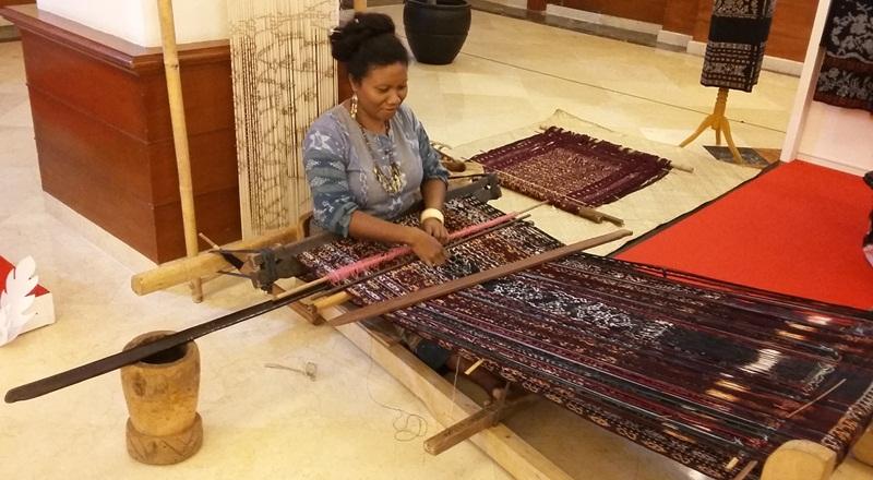 https: img.okezone.com content 2020 10 16 25 2294601 kain-tradisional-indonesia-memukau-dunia-UgFoOBUZsU.jpg