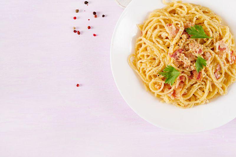 https: img.okezone.com content 2020 10 16 298 2294540 chef-gordon-ramsay-bocorkan-resep-masak-carbonara-hanya-10-menit-h7Yse8jrio.jpg