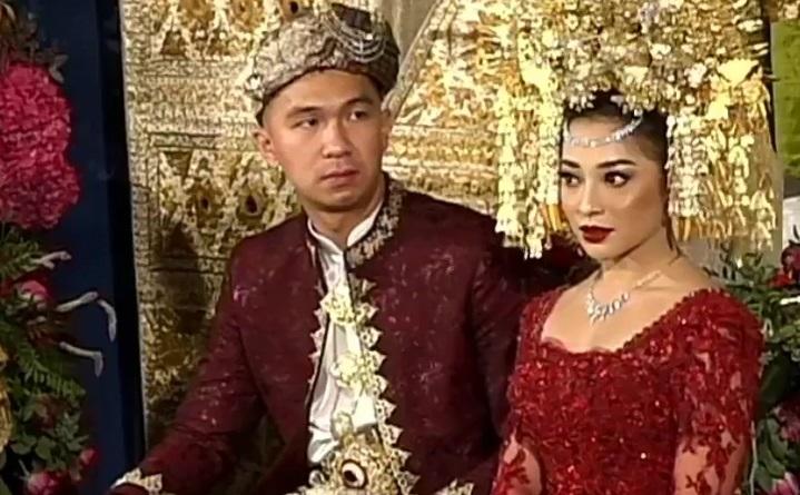https: img.okezone.com content 2020 10 16 33 2294714 indra-priawan-rasakan-haru-saat-dilepas-keluarga-untuk-menikah-oJDUvvpzt1.jpg