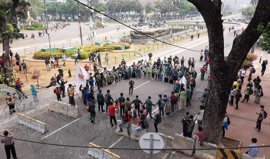 https: img.okezone.com content 2020 10 16 338 2294704 demo-bem-seluruh-indonesia-begini-kondisi-terkini-kawasan-patung-kuda-p9roPNLarQ.jpg