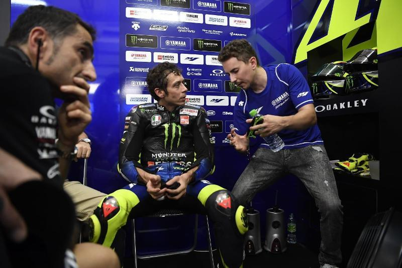 https: img.okezone.com content 2020 10 16 38 2294420 valentino-rossi-positif-covid-19-yamaha-butuh-jorge-lorenzo-3EOx4FJYyc.jpg
