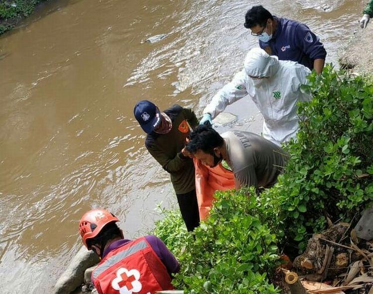 https: img.okezone.com content 2020 10 16 519 2294577 seorang-pria-tewas-saat-hendak-buang-air-kecil-di-sungai-brantas-TRZP9sEK0H.jpg