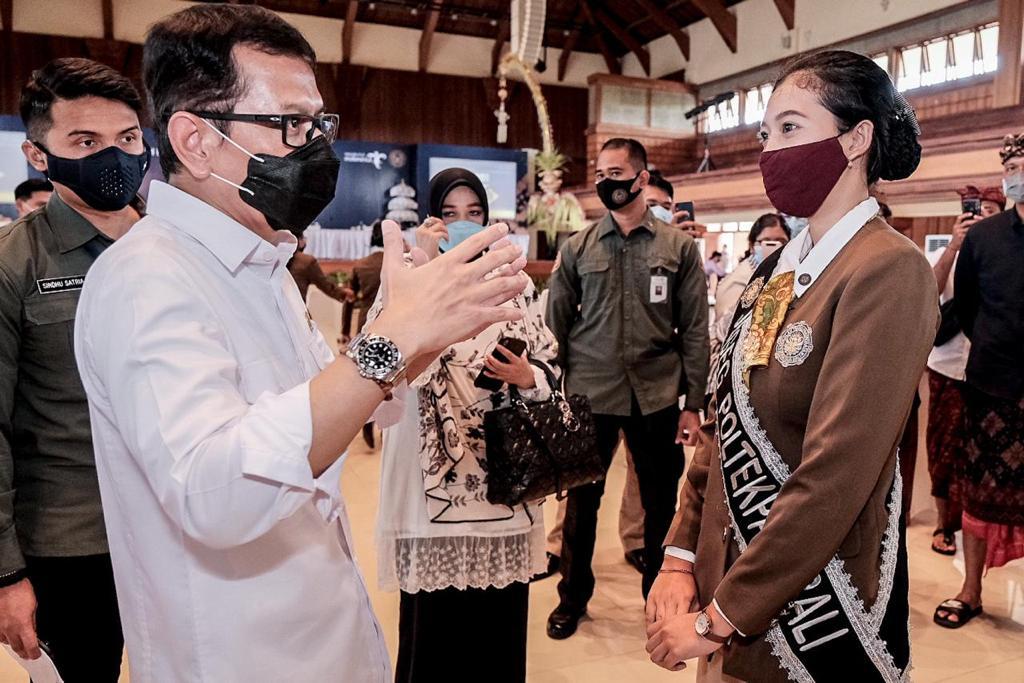 https: img.okezone.com content 2020 10 16 620 2294716 kemenparekraf-perbanyak-sekolah-pariwisata-di-indonesia-kHSXSXKXdv.jpeg