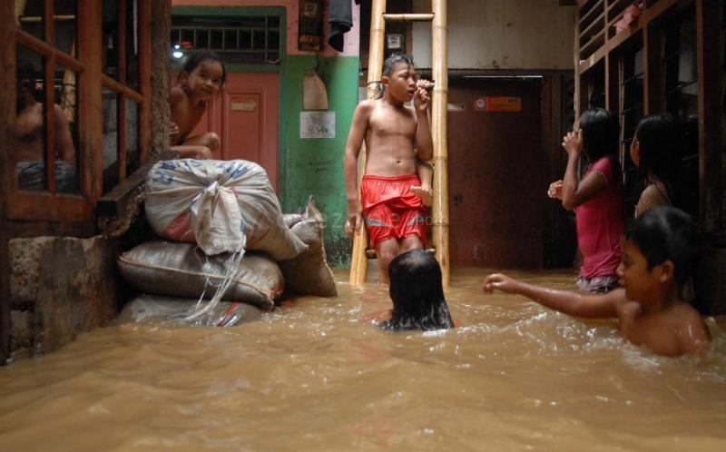 https: img.okezone.com content 2020 10 17 338 2294999 berikut-titik-banjir-yang-masih-tergenang-di-jakarta-hingga-malam-hari-vCjRL0nT00.jpg