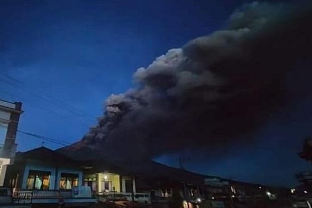 https: img.okezone.com content 2020 10 17 340 2295240 erupsi-gunung-kerinci-muntahkan-asap-hitam-buat-warga-panik-HXhEpiuIuM.jpg