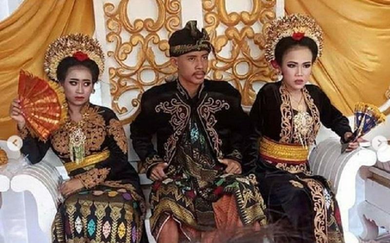 https: img.okezone.com content 2020 10 17 612 2295142 viral-siswa-smk-menikahi-2-kekasihnya-netizen-sudah-nikah-dikasih-makan-apa-857lO19heS.jpg