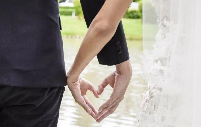 https: img.okezone.com content 2020 10 17 612 2295311 demi-pernikahan-idaman-perempuan-tanpa-kaki-ini-merangkak-menuju-altar-DrmH0aioCz.jpg