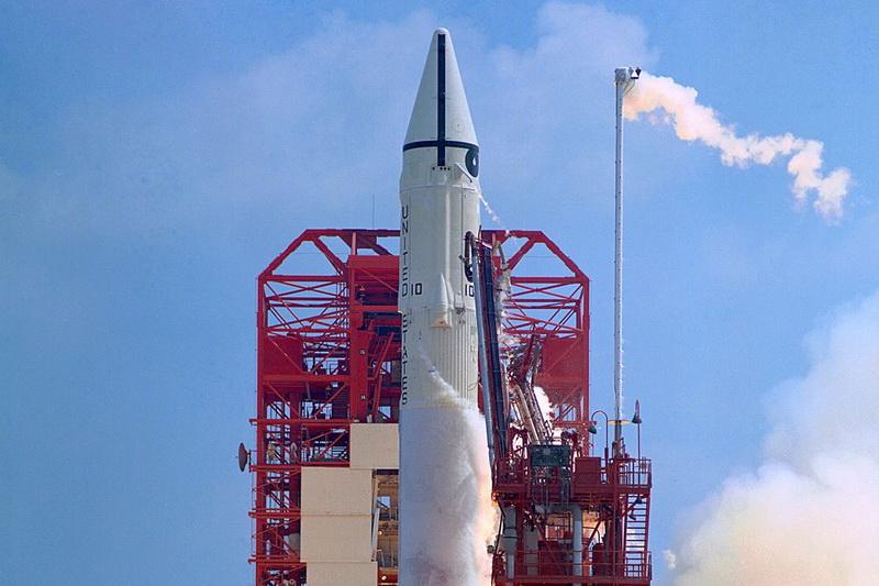 https: img.okezone.com content 2020 10 18 16 2295448 roket-tua-milik-badan-antariksa-nasa-kembali-ke-bumi-AptFMQZG7u.jpg