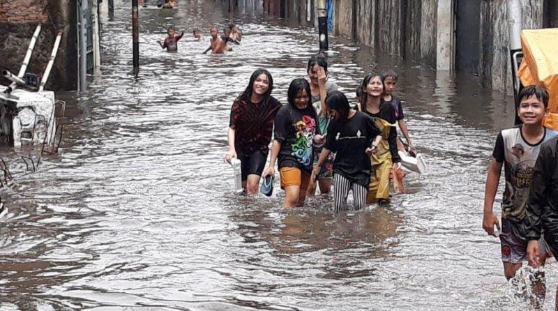 https: img.okezone.com content 2020 10 18 338 2295557 diguyur-hujan-kawasan-kebon-jeruk-jakbar-banjir-1-meter-KjGhVgdE6C.jpg