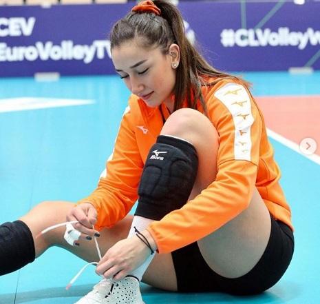https: img.okezone.com content 2020 10 18 43 2295530 5-gaya-menggoda-hande-baladin-atlet-voli-cantik-kebanggaan-turki-P2yoxnrTvP.jpg