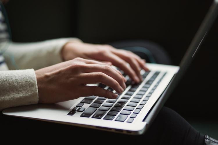 https: img.okezone.com content 2020 10 19 16 2295782 rawat-keyboard-laptop-ikuti-4-cara-mudah-ini-YQOMjvjlvF.jpg