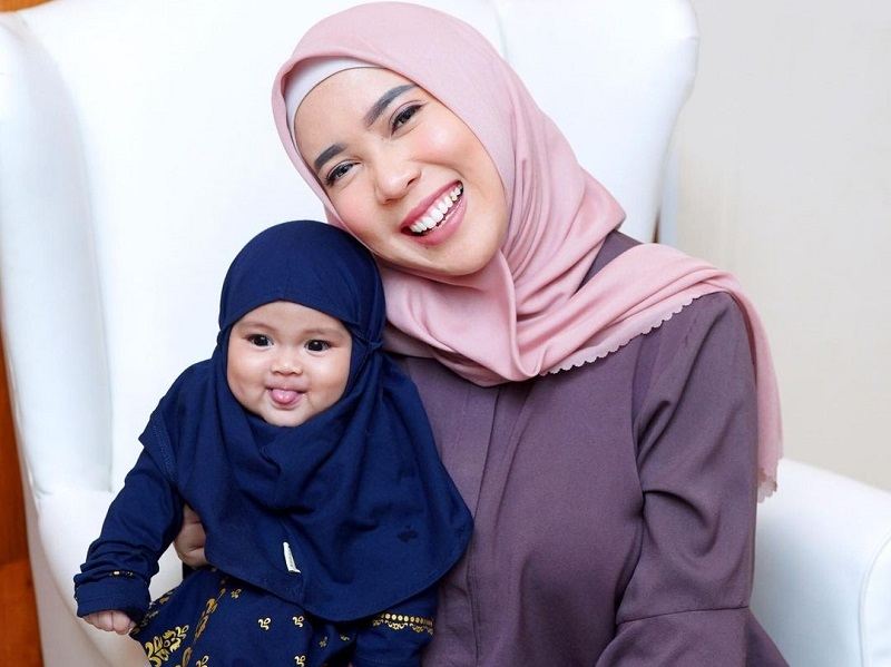 https: img.okezone.com content 2020 10 19 194 2295963 imutnya-putri-fitri-tropica-pakai-hijab-gemas-mirip-boneka-susan-Xxnh7dZg7o.jpg