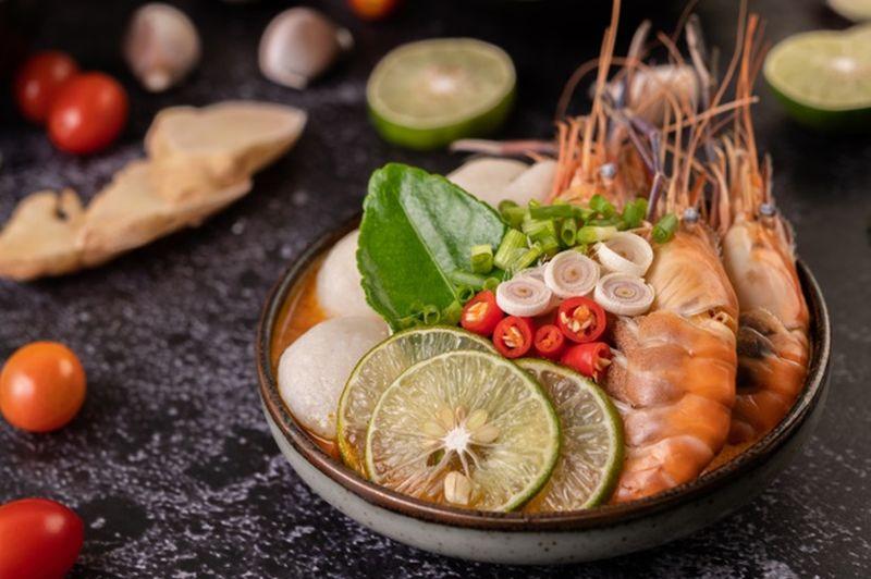 https: img.okezone.com content 2020 10 19 301 2295953 5-restoran-tom-yum-paling-menggoda-di-bangkok-LRlm4viG9B.jpg