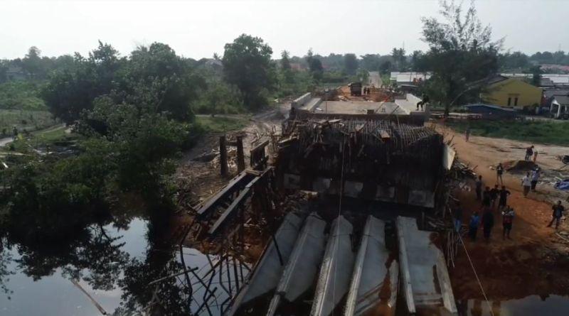 https: img.okezone.com content 2020 10 19 340 2295832 proyek-jembatan-senilai-rp25-9-miliar-ambruk-di-pangkalpinang-ini-penyebabnya-SDJORIVjz0.jpg