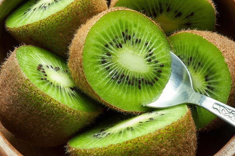 https: img.okezone.com content 2020 10 19 481 2296057 khasiat-buah-kiwi-bantu-tingkatkan-daya-tahan-tubuh-M6eN3TmA2F.jpg