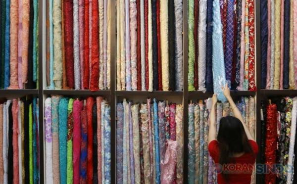 https: img.okezone.com content 2020 10 20 320 2296503 pengusaha-tekstil-kesal-bahan-baku-impor-diperjualbelikan-di-ri-MBqtjrzPX3.jpg
